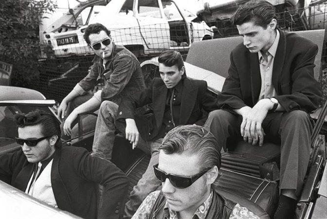 Blousons noirs. Rockers et Teddy Boys à la casse de Montreuil ... (1975) Yan Morvan - Gangs - galerie Sit Down