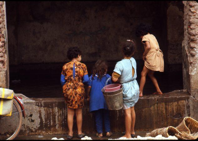 Fontaine de la Mouassine, Marrakech, 1969 Sensibilité 64 ASA, le Maroc - Sacha Van Dorssen - galerie Sit Down